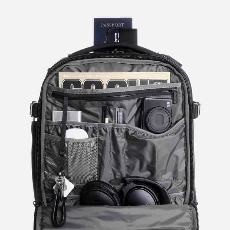 Solid internal organization throughout the compartments on this bag. Nice eye for modern needs. Solid internal organization throughout the compartments on this bag. Nice eye for modern needs.