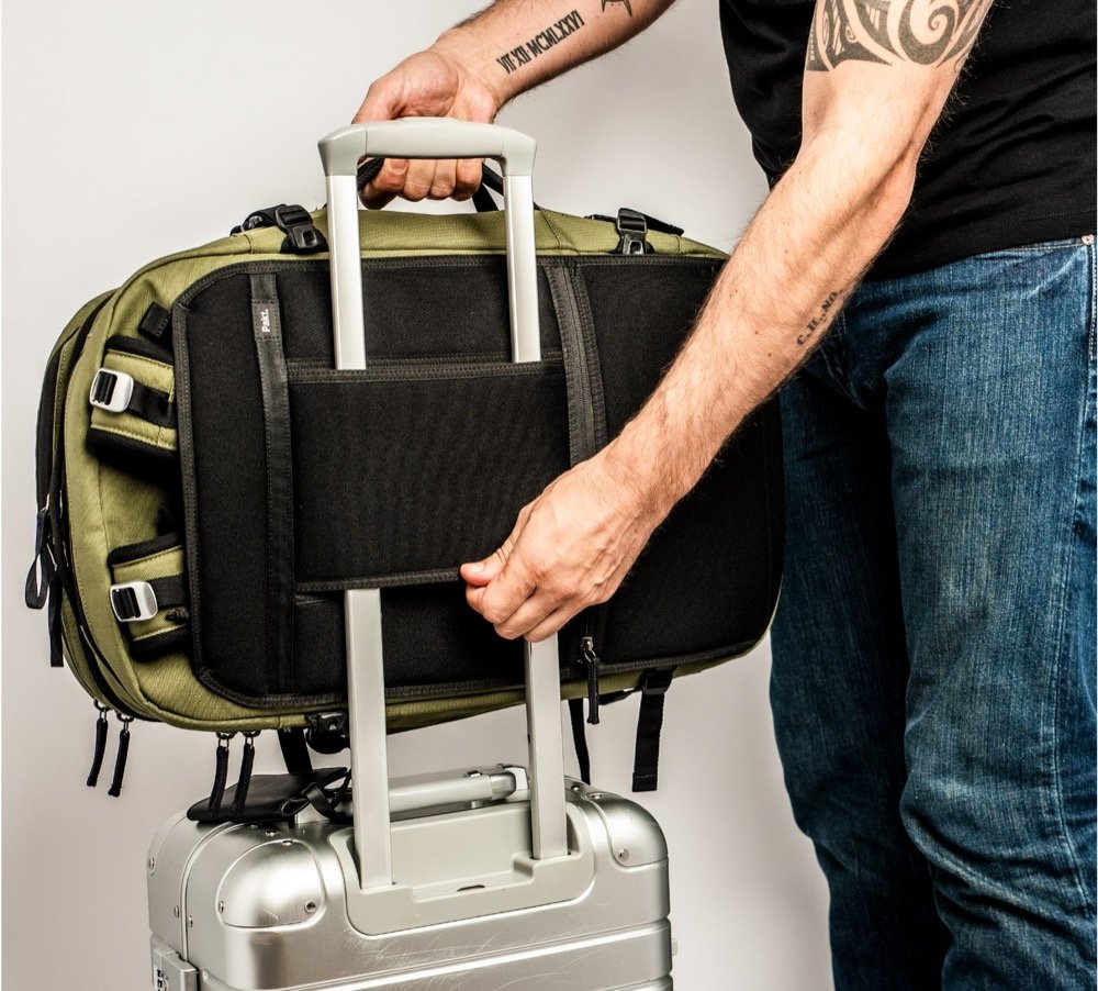 Luggage passthrough + stowable straps Luggage passthrough + stowable straps